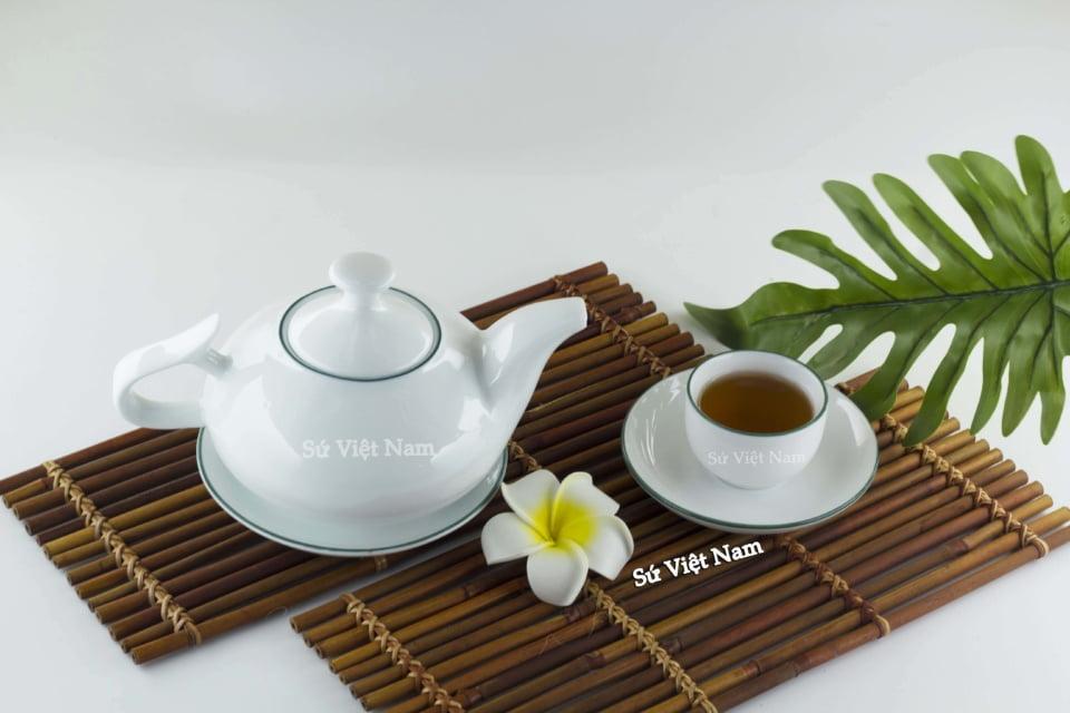 Bình trà sứ trắng viền xanh dương thanh tao, nhã nhặn