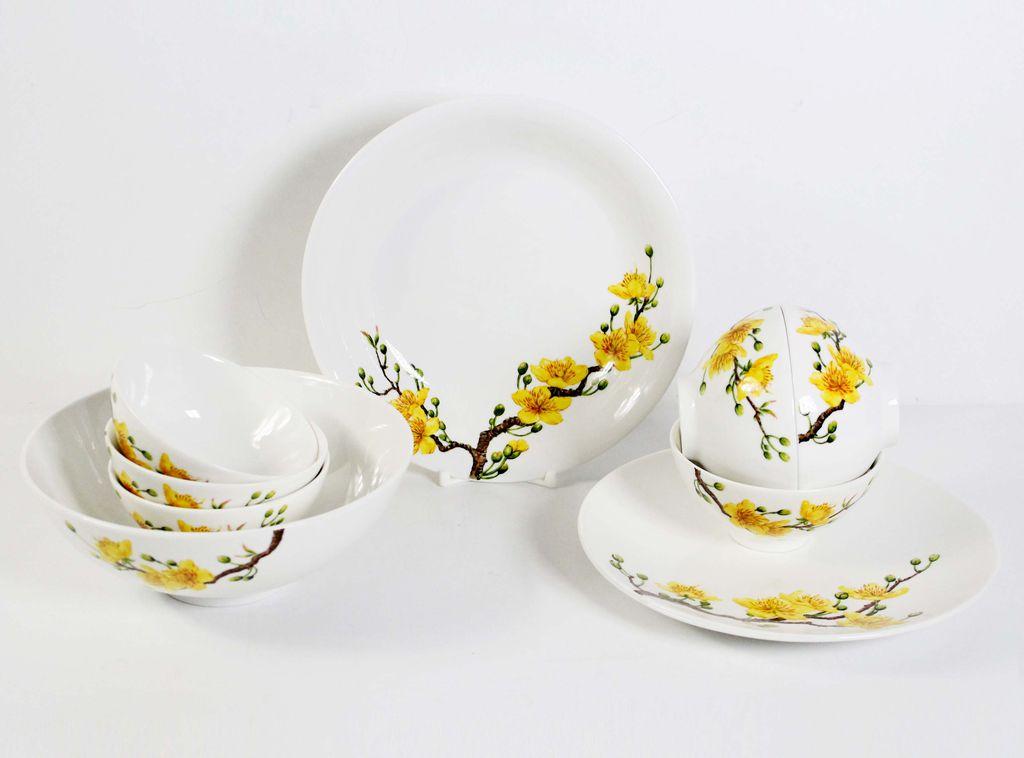 Bộ bát đĩa được trang trí hoa mai - nét đặc trưng của ngày Tết