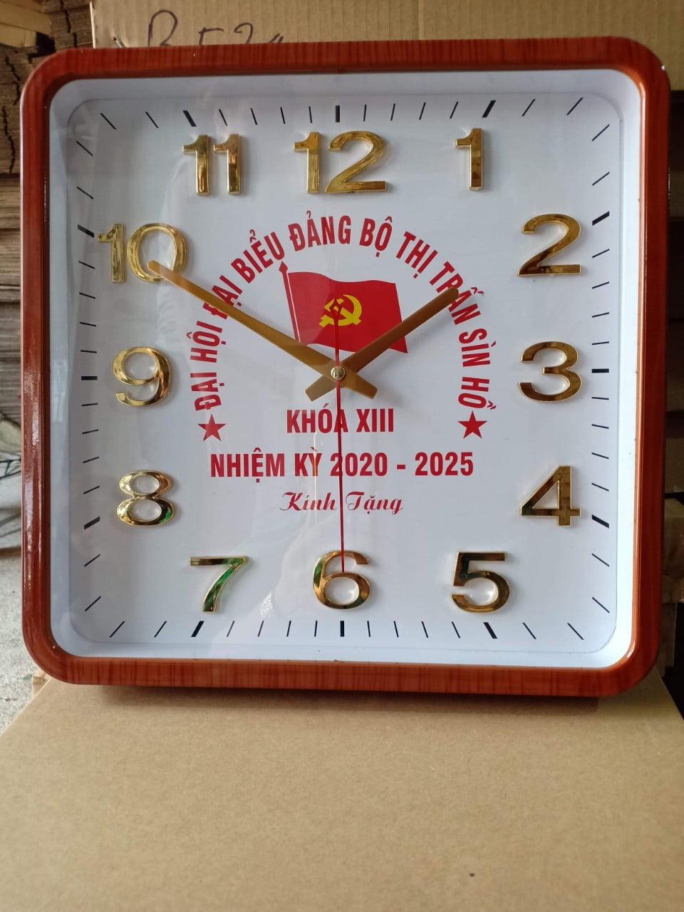 Qùa tặng là đồng hồ in logo mang tính ứng dụng cao