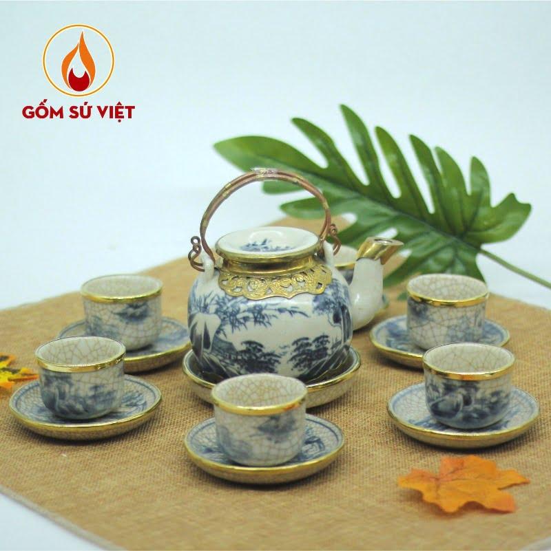 Bộ trà men rạn nắp lõm gây ấn tượng với hình ảnh sơn thủy, đình làng cổ xưa được vẽ tay thủ công