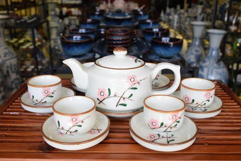 Bộ ấm trà Bát Tràng hoa đào chính là sự kết tinh vẻ đẹp tinh khôi của loài hoa này mang đến cho người thưởng trà