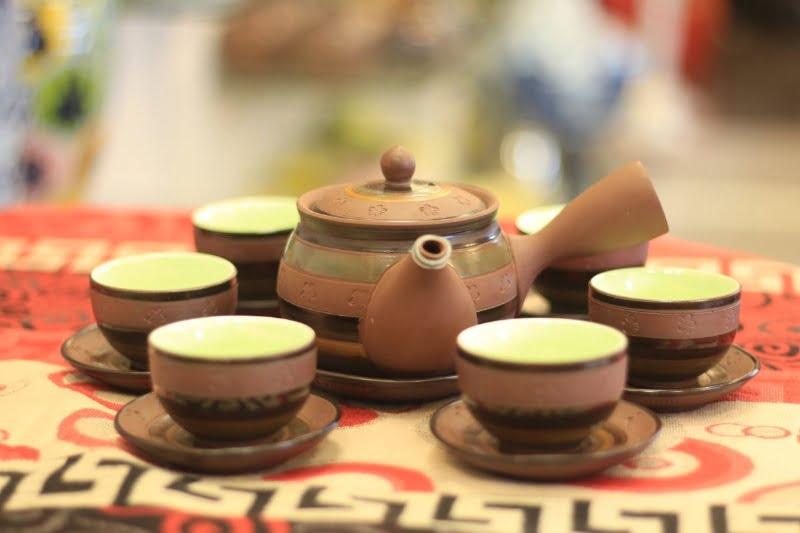 Họa tiết trên bộ ấm trà thường được vẽ thủ công nên rất uyển chuyển