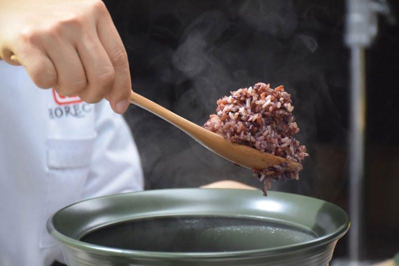 Cách nấu gạo lứt bằng nồi đất thơm ngon chuẩn vị