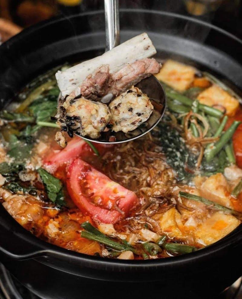 Khi nấu lẩu dê trong nồi đất miếng thịt dê sẽ trở nên mềm và tan ngay trong miệng
