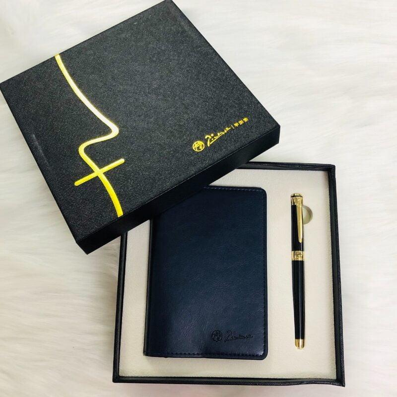 Bút ký và sổ da luôn đi song song song hành với nhau trong những set quà tặng