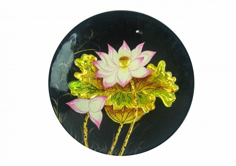 Các sản phẩm sơn mài được vẽ hoa sen cách điệu, đây là biểu tượng cho sức sống mãnh liệt của dân tộc Việt Nam
